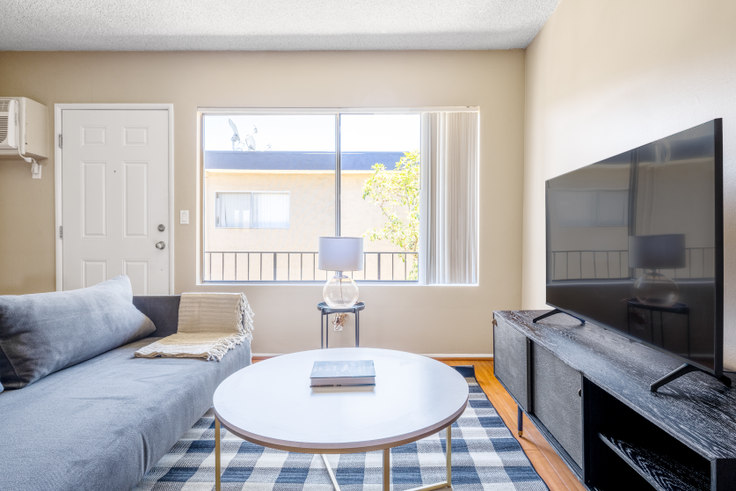 1 bedroom furnished apartment in Parkview Terrace Apartments, 14355 Huston St 461, Sherman Oaks, Los Angeles, photo 1