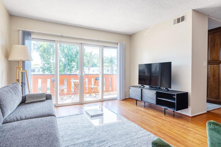 1 bedroom furnished apartment in Krystal Terrace Apartments, 4851 Hazeltine Ave 462, Sherman Oaks, Los Angeles, photo 1