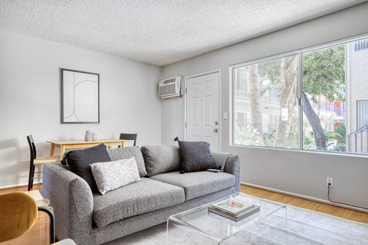 1 bedroom furnished apartment in Parkview Terrace Apartments, 14355 Huston St 486, Sherman Oaks, Los Angeles, photo 1